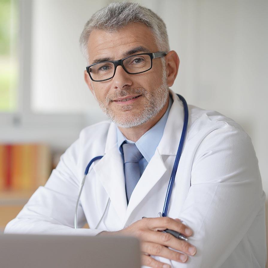 Elégedett szimpatikus orvos