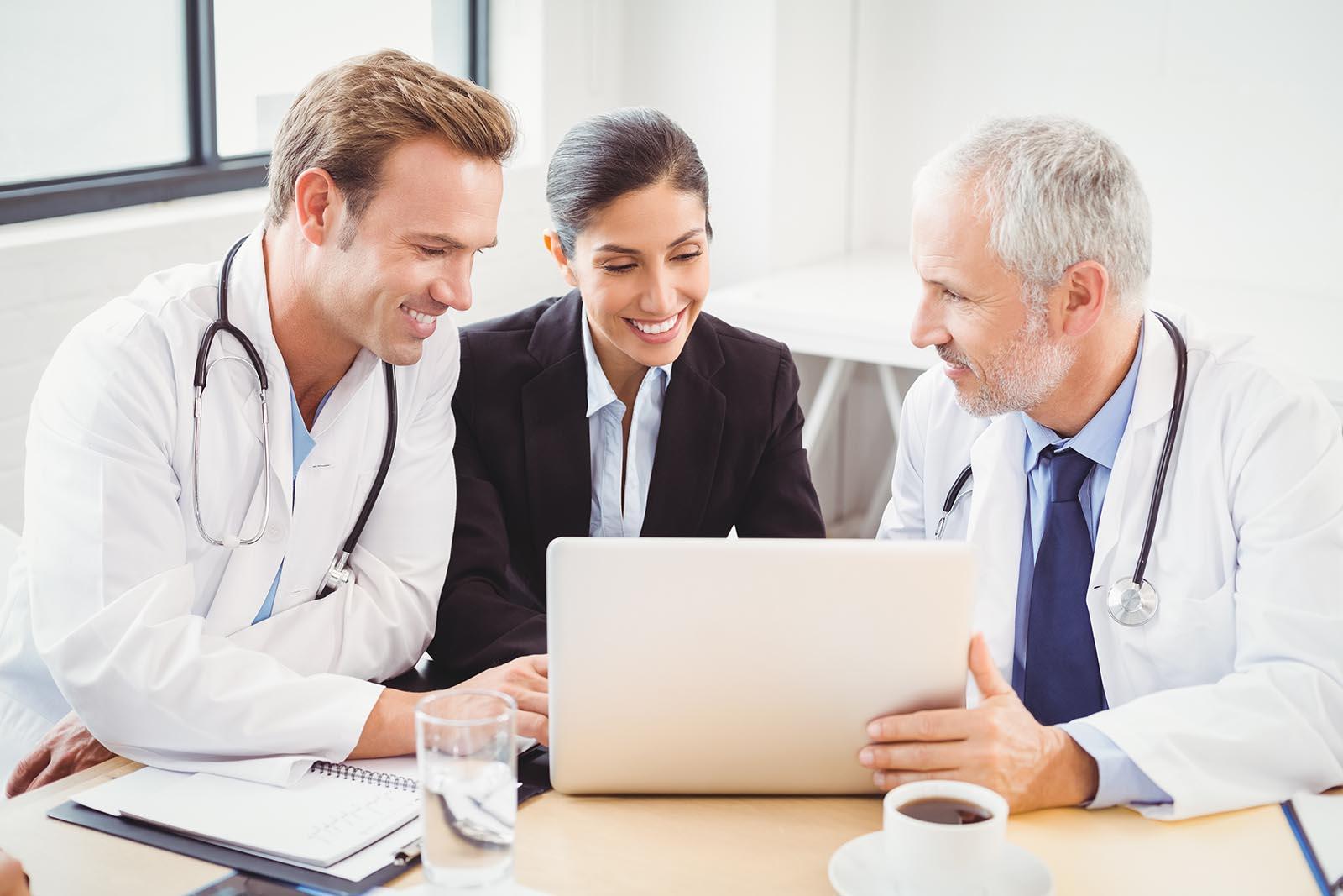Két orvos és egy menedzsernő konzultál