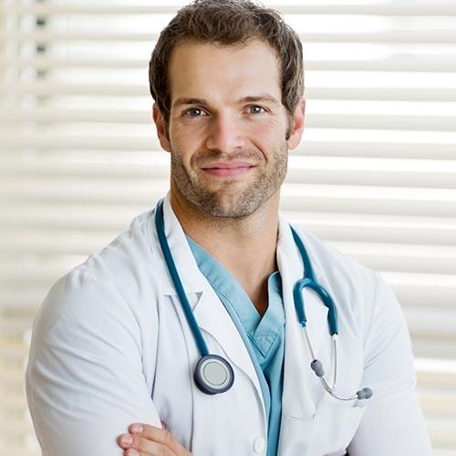 Szimpatikus fiatal doktor, aki egészségügyi szoftvert használ
